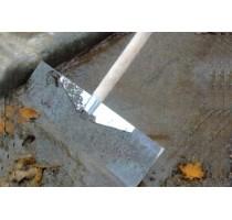 Schraper met gehard blad gemonteerd op s
